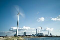 Spinnende windturbine Stock Afbeeldingen