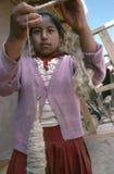 Spinnende Wolle des Mädchens in Cusco, Peru Stockfoto