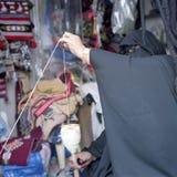 Spinnende Wollen der Qatari Frau Stockfotografie