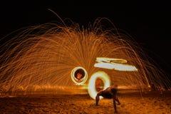 Spinnender brennender Poi Lizenzfreies Stockbild