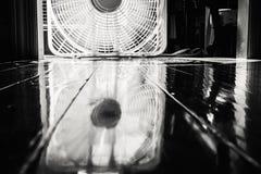 Spinnender Fan reflektiert im Holzfußboden Lizenzfreie Stockfotografie