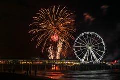 Spinnender Ferris Wheel und internationaler Feuerwerkswettbewerb am Strand in Scheveningen, die Niederlande stockbilder