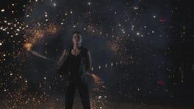 Spinnendes Funkelnpersonal Fireshow-K?nstlers im Freien stock video