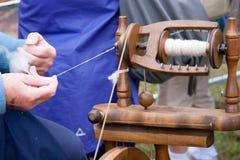 Spinnendes Rad der Dame-Working Old-fashioned Lizenzfreies Stockfoto