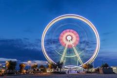 Spinnendes Riesenrad an der blauen Stunde des Sonnenaufgangs in Rimini, Italien Langes Belichtungszusammenfassungsbild lizenzfreies stockbild