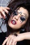Spinnenmädchen und Spinne Brachypelma smithi Stockfotos