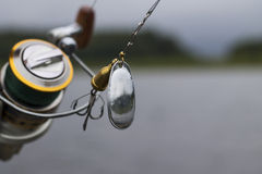 Spinner mit einem dreifachen Haken für die Fischerei Lizenzfreies Stockbild