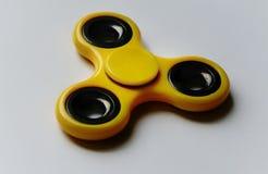 spinnerstuk speelgoed gele kleuren witte achtergrond Royalty-vrije Stock Afbeeldingen
