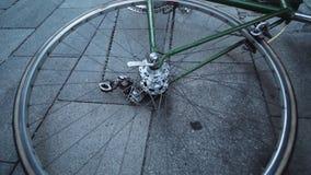 Spinnewiel van fiets die op grond leggen stock footage