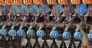 Spinnmaschine 4k A sammeln die Seidenfäden Umroller im in Kraft stock video