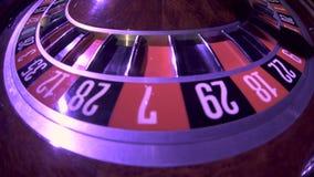 Spinnrad mit Ball an stellen herein das Roulettespiel auf Null ein Abschluss oben stock video footage