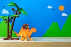 Spinosaurus zabawki model na dzikim modela tle Obrazy Stock
