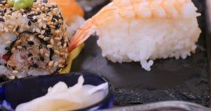 Spinta alta vicina del carrello in considerazione dei un assortimento alimento giapponese stock footage
