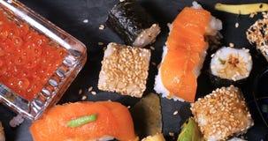 Spinta alta vicina del carrello in considerazione dei un assortimento alimento giapponese: sushi, nigiri, sashimi video d archivio