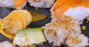 Spinta alta vicina del carrello in considerazione dei un assortimento alimento giapponese: sushi, nigiri, sashimi archivi video