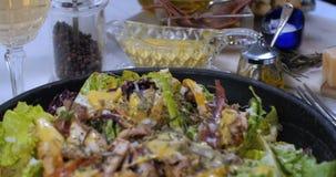 Spinta alta vicina del carrello in considerazione di un'insalata del ` s di Caesar stock footage