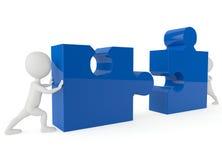 spinta che del carattere di umanoide 3d un puzzle del blu collega Immagine Stock