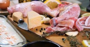 Spinta del carrello in considerazione degli ingredienti per l'insalata del ` s di Caesar stock footage