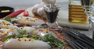 Spinta del carrello in considerazione degli ingredienti per pasta con i calamari seppia ed inchiostro archivi video