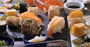 Spinta del carrello in considerazione dei un assortimento alimento giapponese: sushi, nigiri, sashimi archivi video