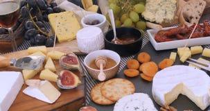 Spinta del carrello in considerazione dei un assortimento formaggio archivi video