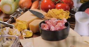 Spinta del carrello in considerazione dell'ingrediente per salsa bolognese stock footage