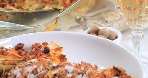 Spinta del carrello in considerazione delle lasagne deliziose in salsa bolognese video d archivio