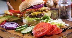 Spinta del carrello in considerazione di un cheeseburger video d archivio