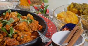Spinta del carrello in considerazione di un masala di tikka del pollo con le spezie indiane archivi video