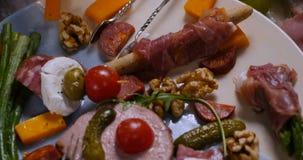 Spinta del carrello in considerazione di un vassoio del charcuterie, del prosciutto, del salame, del patè e del formaggio curati  archivi video