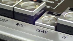 Spinta del tasto di riproduzione su un registratore d'annata stock footage