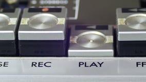 Spinta del tasto di riproduzione su un registratore d'annata video d archivio