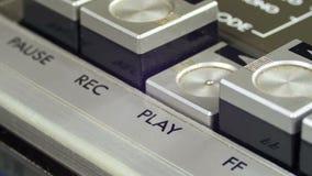 Spinta del tasto di riproduzione su un registratore d'annata archivi video