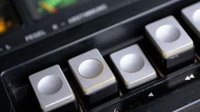 Spinta del tasto di riproduzione su un registratore d'annata Retro radio del transistor archivi video