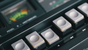 Spinta del tasto di riproduzione su un registratore d'annata Retro radio del transistor stock footage