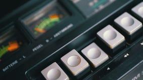 Spinta del tasto di riproduzione su un registratore d'annata Retro radio del transistor video d archivio