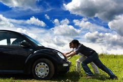 Spinta dell'automobile Fotografie Stock