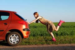 Spinta dell'automobile Fotografie Stock Libere da Diritti