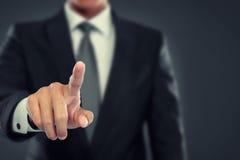 Spinta dell'uomo d'affari verso lo schermo virtuale Immagine Stock Libera da Diritti