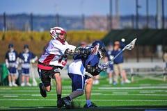 Spinta di Lacrosse da dietro con il possesso Immagini Stock Libere da Diritti