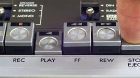 Spinta gioco e del tasto di arresto su un registratore d'annata video d archivio