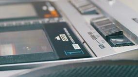 Spinta gioco e del tasto di arresto sul registratore d'annata archivi video