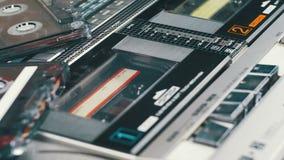 Spinta gioco e del tasto di arresto sul registratore d'annata video d archivio
