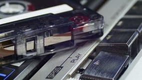 Spinta gioco e del tasto di arresto sull'audio giranastri d'annata stock footage