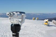 Spion het bekijken machine en sneeuwkanonnen Royalty-vrije Stock Foto