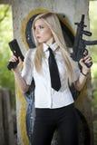 Spion med två vapen Fotografering för Bildbyråer