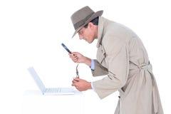 Spion som ser till och med förstoringsapparaten arkivbild