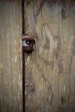 Spionage auf Leuten durch Peephole Stockbilder