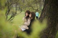 Spionage für junge Paare Lizenzfreie Stockbilder