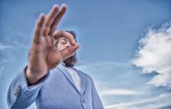 Spionagec$aufpassen und Beobachten Ausgezeichnetes Konzept B?rtiger Gesch?ftsmanngesellschaftsanzug des Mannes, der durch Finger  lizenzfreie stockfotos